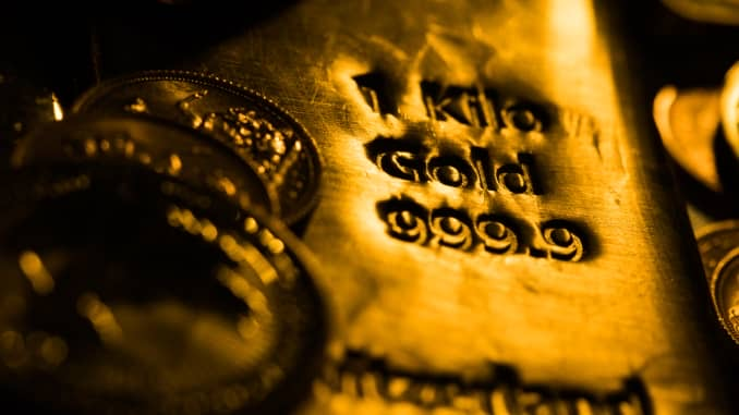 Gold dips as yields rise, but eyes best week in five