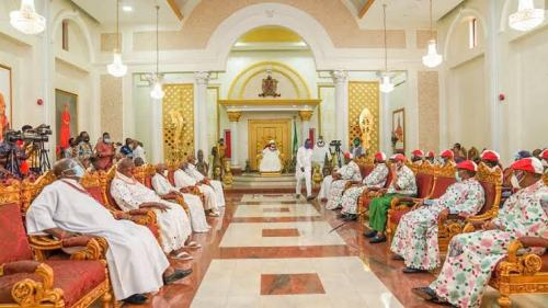 Oshiomole: Obaseki Disrespected Oba of Benin by Wearing a Cap to The Palace