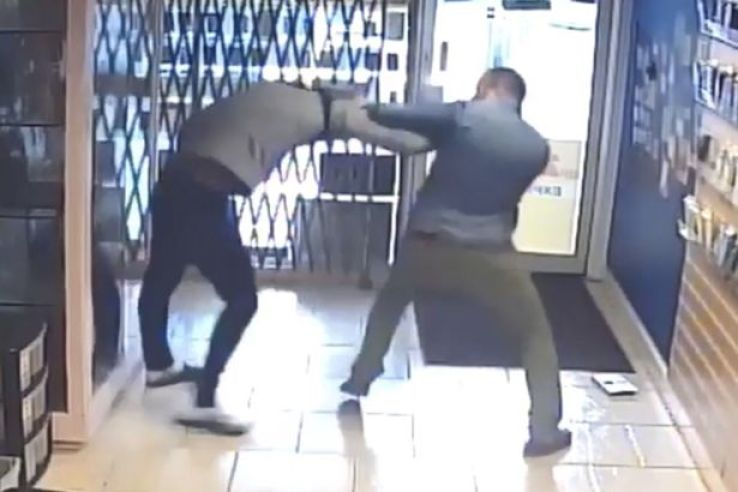 FRUB - No Weakness:- Man Battles Phone Thief Who Tried To Steal An iPhone From His Shop (Photos)