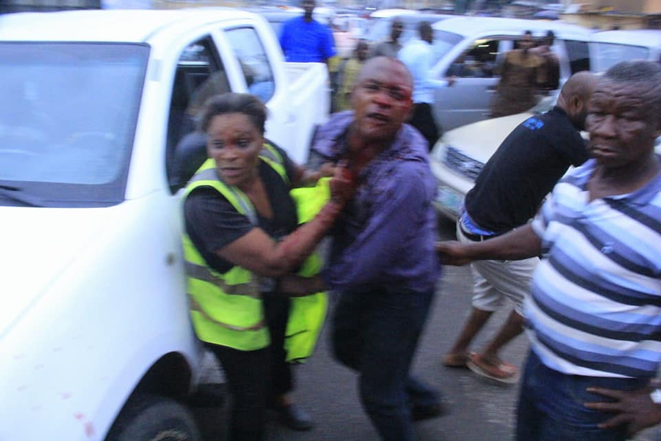 SUPER WOMAN!! Lady Repeatedly Slaps A Policeman Trying To Enforce Curfew In Eruwa, Oyo (VIDEO)