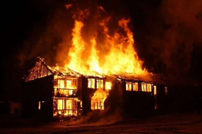 Too Bad: Angry Mob Set Ablaze Robbery Suspects In Calabar 2
