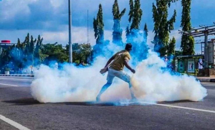 Boldman 1 - #ENDSARS: Man Displays Boldness, Throws Tear Gas Canister On Policemen [Photos]