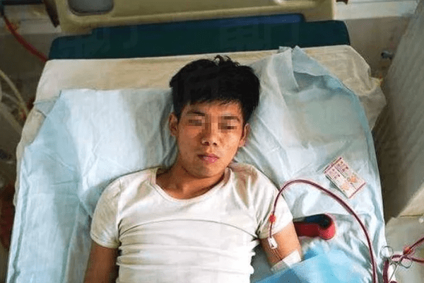 Man Now Dying After Selling Kidney To Buy iPhone 4 3