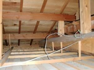 断熱材のない天井裏