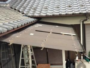 台風で一部破損して飛んでます。