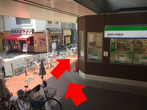 近鉄針中野駅のファミリーマートの横の道の写真
