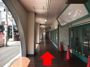 針中野の高架下の通路の道の写真