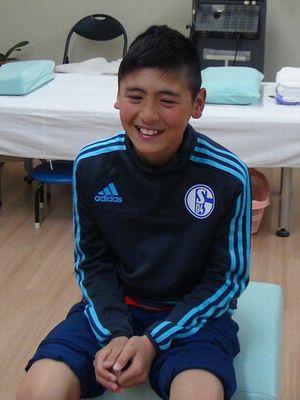 オスグッド・シュラッター病の施術を受けにきた子供の写真