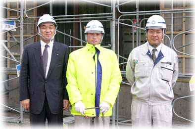 左より 中山社長、田中主任、荒井課長