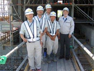 ボックスの前で 左から田中主任、中川主任、 今野主任(奥)、阿部さん(手前)、中山社長
