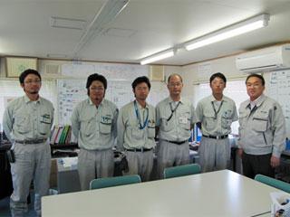 左から小田桐主任、伊藤技術員、一戸技術員、松田係長、小笠原主任、中山社長