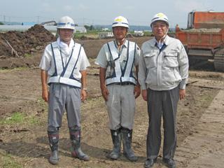 左から 宮永建設 梅澤所長、劔持主任、中山社長