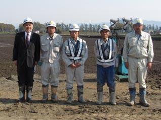 左から、中山社長、阿部技術員、山田主任、竹垣係長、林主任技術者