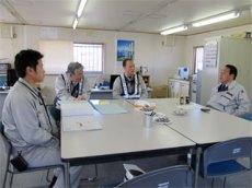 事務所内で工事の説明を受ける中山社長 (左から吉川さん、山田課長、佐藤所長、中山社長)