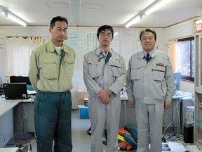 現場事務所にて 左から 逵さん(石山組)、中川さん、中山社長
