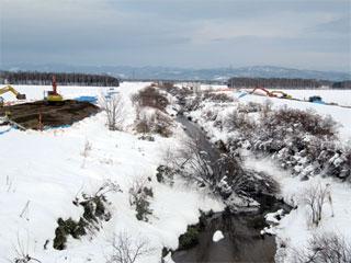 左側から 右岸築堤工事  左岸築堤工事 (この写真を撮影した右後ろに 今樋門改築の現場があります)