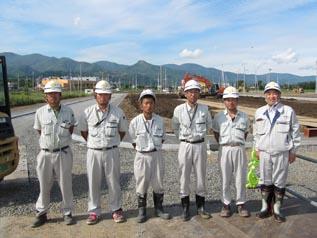左から、中川主任、前野主任、前田技術員、 佐藤現場代人、川嶋主任、中山社長