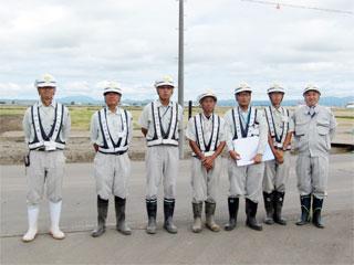 左から廣木係長、川津課長、小笠原係長、砥石主任、 木村主任、舘崎さん、中山社長