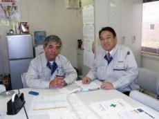 現場事務所にて志田課長(左)と中山社長(右)