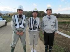 左から一安さん(遠藤組)、前田係員、中山社長