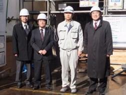左から鈴木課長、作田支店長、川上係長、中山社長