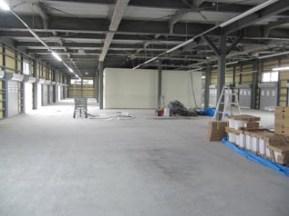 建物の両側にトラックを寄せて荷物を 運び入れる出口が30か所あります。