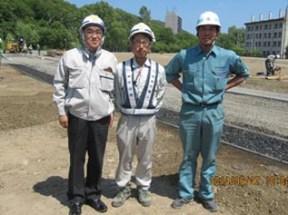 左から 中山社長、對馬さん、新成建設㈱の加藤社長