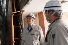 体育館解体の行程を、槇田工事次長から 説明を受ける中山社長