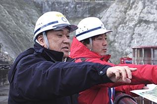 木村さんから説明を受ける中山社長