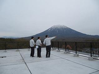 屋上で説明を受ける中山社長 羊蹄山が大迫力で眺められました