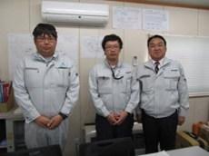 左から、千歳建設の竹森さん 佐藤さん 中山社長