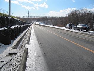 見通しの良い平坦な道路になっています。 左側は来年度施工されます。