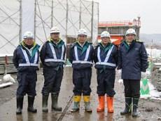 左より田中工事課長、石澤係長、斉藤課長、 石垣さん、中山社長