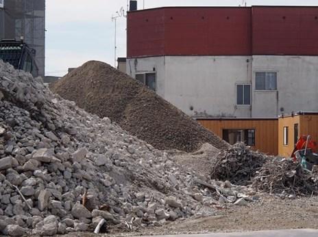手前:解体で出たコンクリート殻