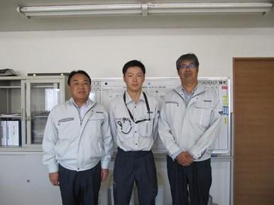 左から中山社長、井上係員、三品工事課長