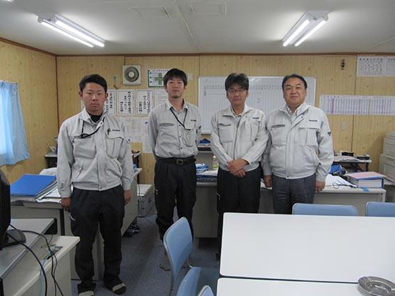 左から甲君、辻本君、佐藤課長、中山社長