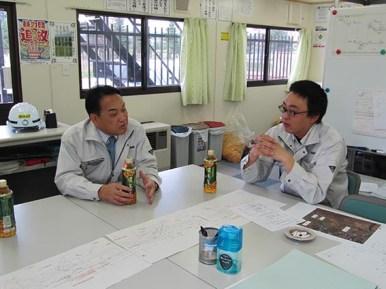 澤田さんから工事の状況等の説明を受ける中山社長