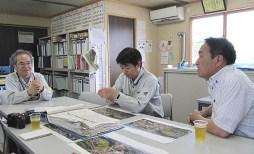 現場事務所で現在の現場状況の説明を受ける中山社長