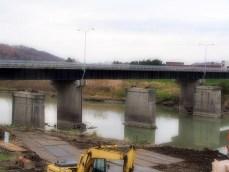 橋の手前にあるのが撤去する橋脚です