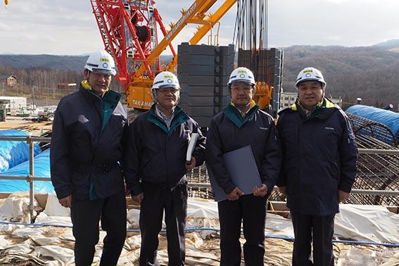 左から、三浦さん、森下所長、田辺さん、中山社長