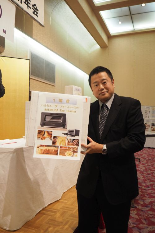 抽選会当選者の土木事業部 吉川さん