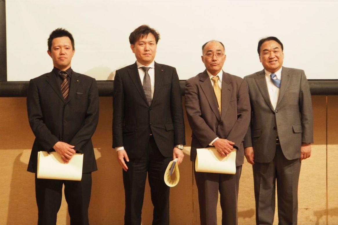 10年勤続表彰を受けられた皆さん 社長と記念撮影(左から清水さん、前田さん、嶋木さん)