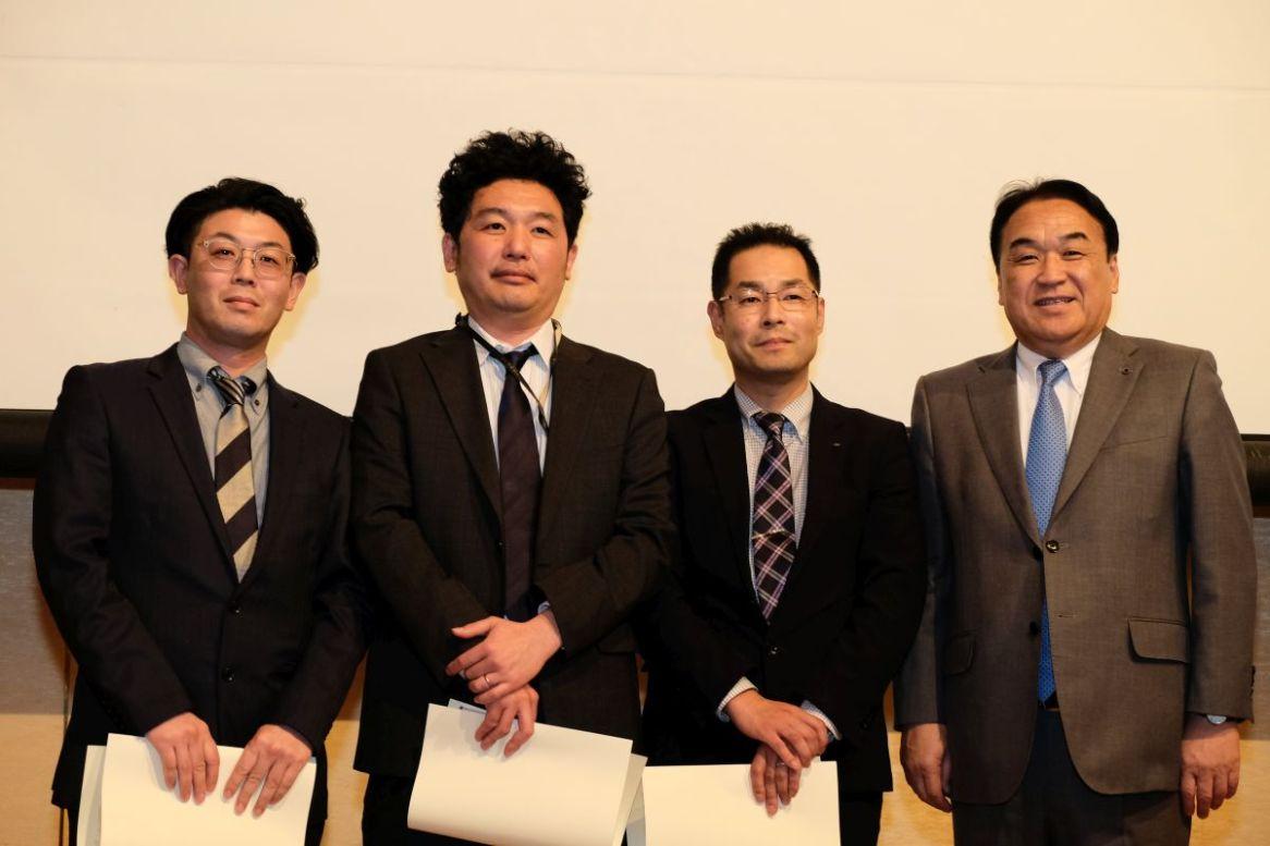 20年勤続表彰を受けられた皆さん 社長と記念撮影(左から丹波さん、近江谷さん、遠藤さん)