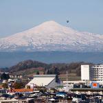 Mt. Chokaizan and a hot‐air balloon