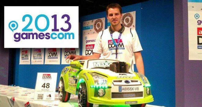 Kevin Heyd mit dem Sportwaren mit PC auf der GamesCom