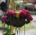 Metallgeflecht mit Kunstblumen