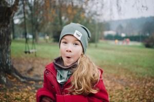 Vaikiška kepurė rudeniui 'MONSTRIUKAI' dvipusė Chaki/Ruda