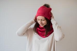 Raudona šilta mergaitiška kepurė su bumbulu
