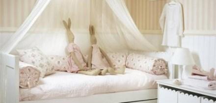 Lova su baldakimu – romantiškam mergaičių kambariui