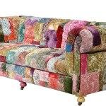 Ryškiaspalvis sofos gobelenas iš atraižų gabaliukų